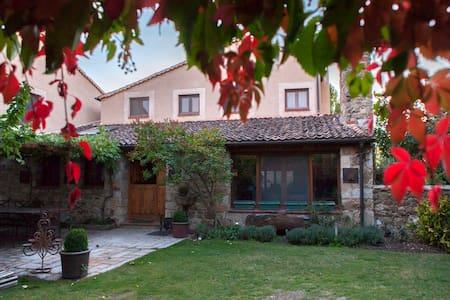 La Casa Vieja (Sotosalbos) 6-9 pax. Wifi. Jardin. - Sotosalbos - House