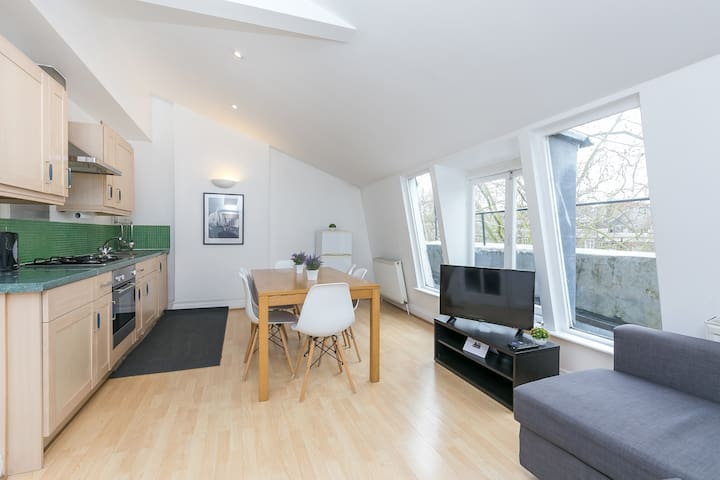 Lovely 2 Bed Flat Close to Queen Mary Hospital