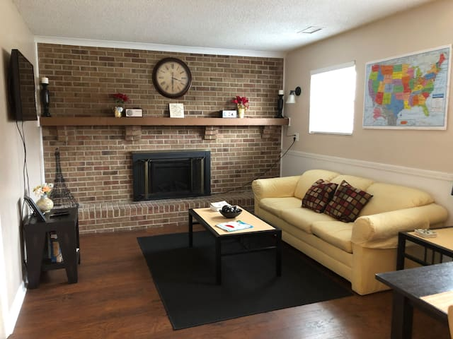 Great Apt close to highway! N INDY *****