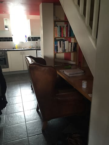 Quirky 1 Bedroom Split Level Flat - Egham - Lägenhet