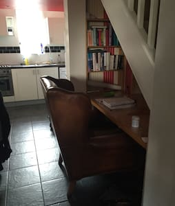 Quirky 1 Bedroom Split Level Flat - Egham - Apartment - 0
