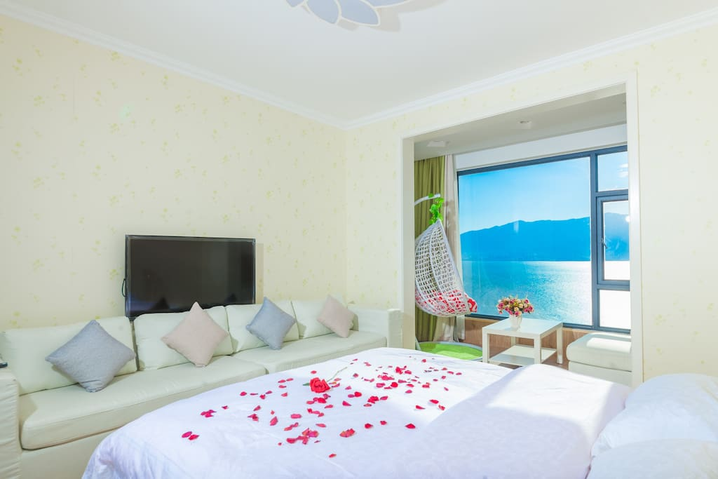 有那么一张床,躺着可以看到海景、苍山和夕阳。