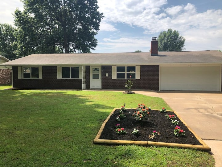 Relaxing, Charming, Cozy Home in the heart of NWA