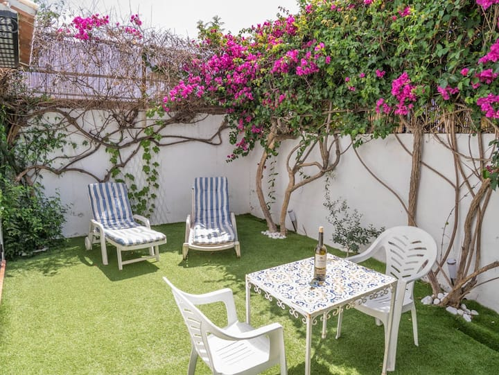 Three Bedroom House Private Gardens Great Location
