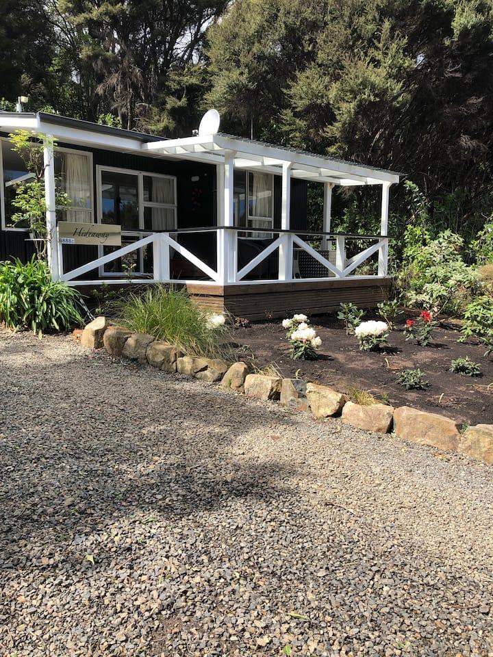Hideaway Studio Cottage - A Couple's Retreat