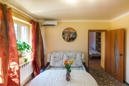 Квартира 2 спальни с двором и парковкой - Rostov - Daire