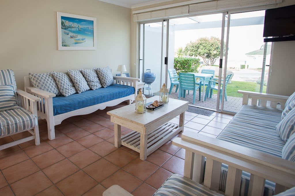 Lounge with garden and sea view