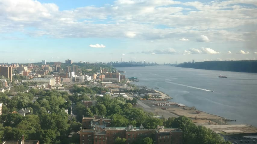 Skyline & River View- Next to Train - Yonkers - Apartemen