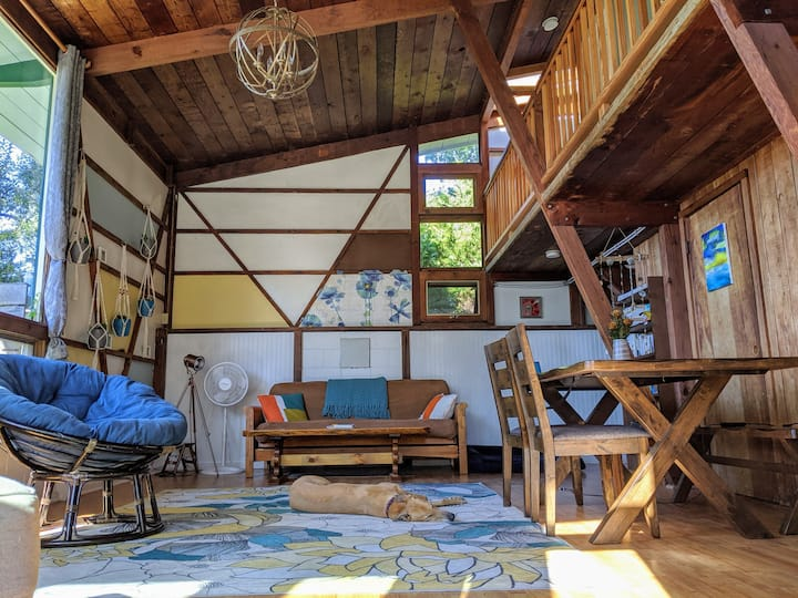 Pet Friendly Cabin-Chic Oasis (5 min to beach)