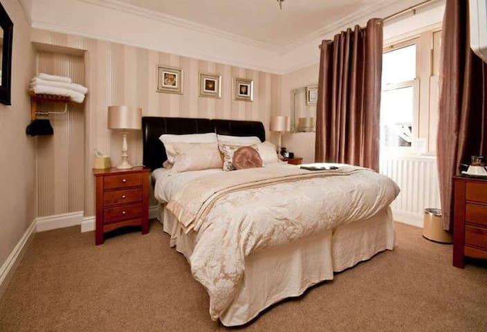 Flexible Double or Twin room. Balcony house B&B