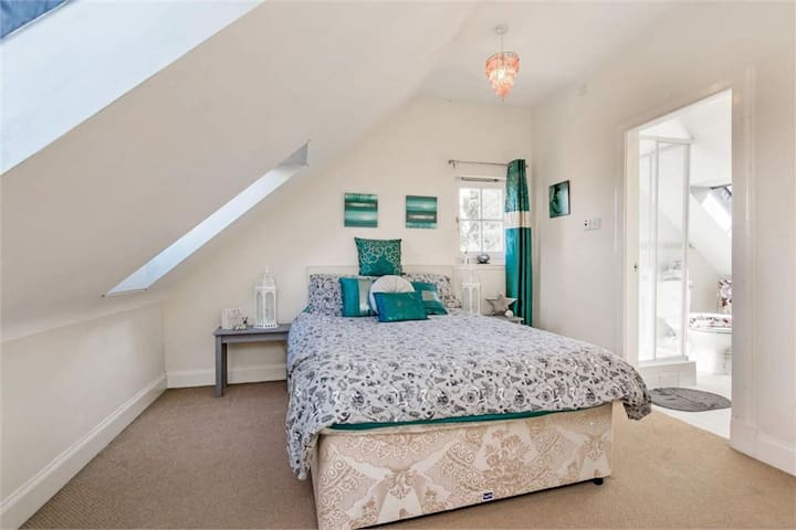 Large Ensuite Double Bedroom in Juniper Green