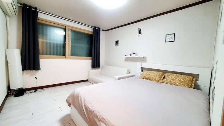 +햇살팬션+천왕역(line7) 도보3분거리 깨끗아늑한 2룸숙소.대형스크린+넷플릭스 영화감상