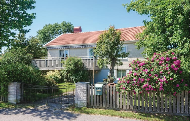 Holiday cottage with 3 bedrooms on 73m² in Rönnäng