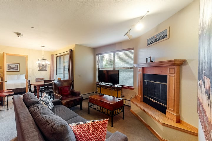 Condo w/ WiFi, views of mountains and the Blue River/shared hot tub/pool!