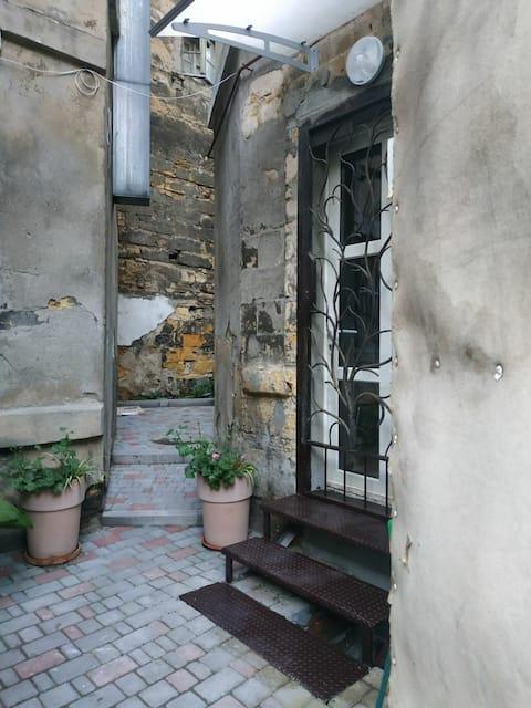 Мини-квартира в центре Одессы со своим двориком