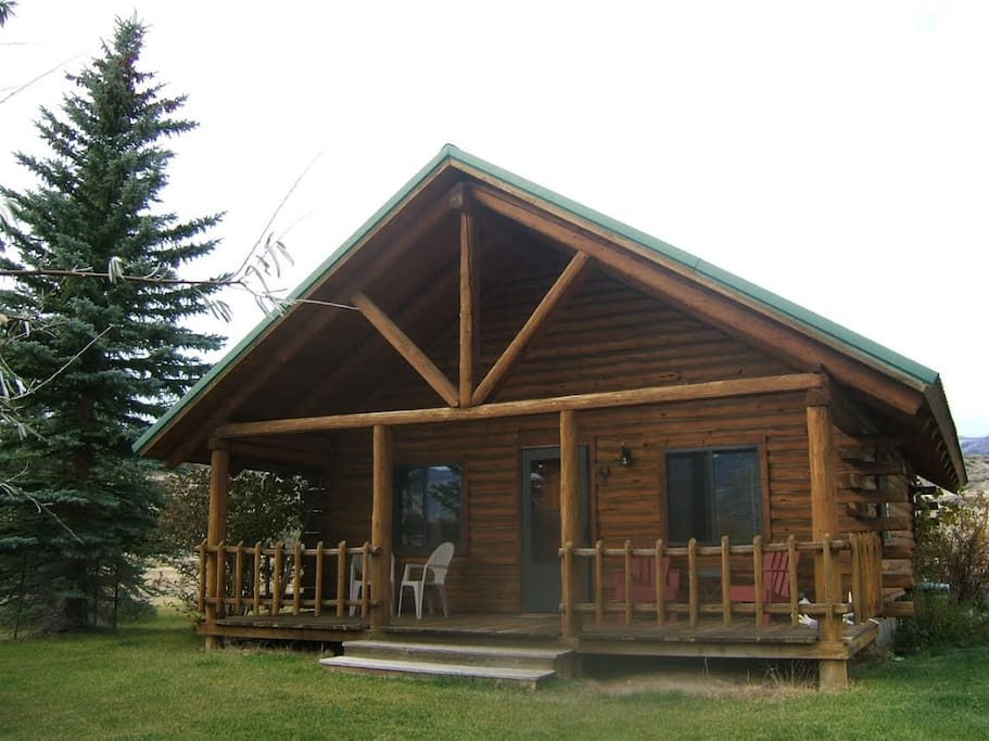 Yellowstone country cabins bear cabin cabins for rent for Log cabins in yellowstone national park
