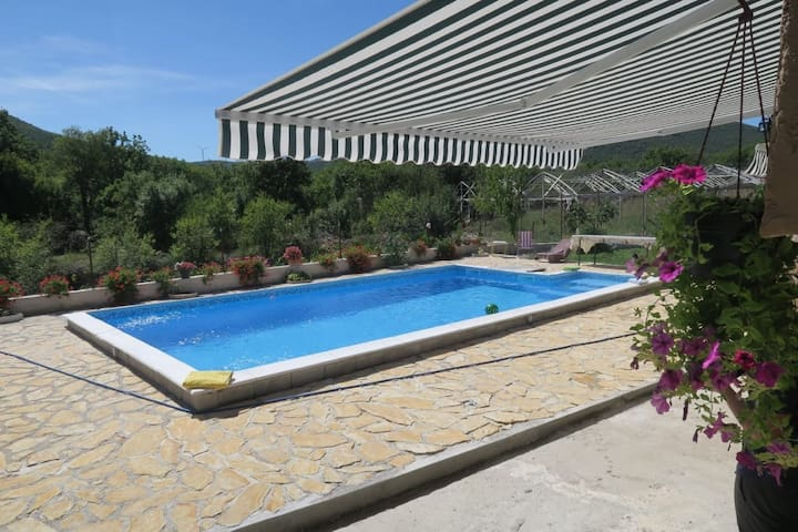 Vacation house with pool in Sibenik countryside
