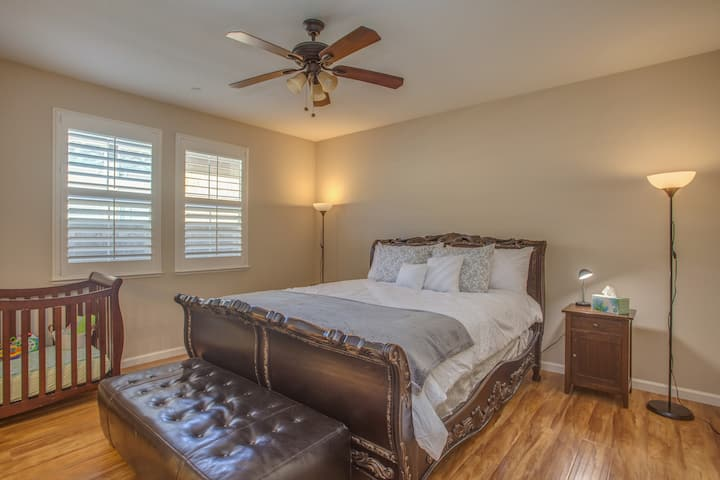 Spotless! Huge 3BR Home Master Suite & Soaker Tub!