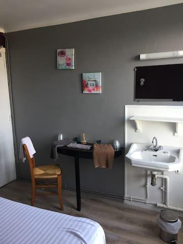 chambre 8 - Saint-Georges-de-Gréhaigne - Casa