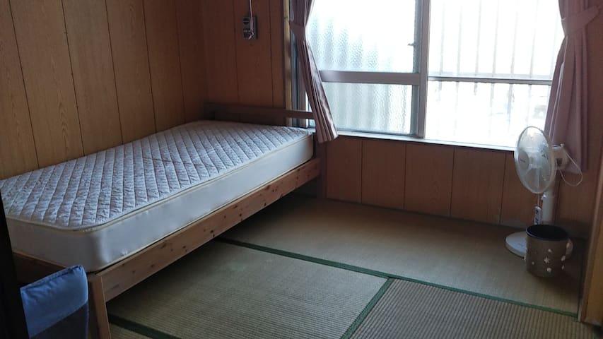 The beach is near! Okinawan cozy tatami room.