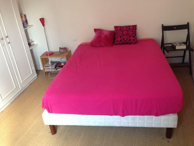 La chambre (avec un lit deux places neuf) et deux placards