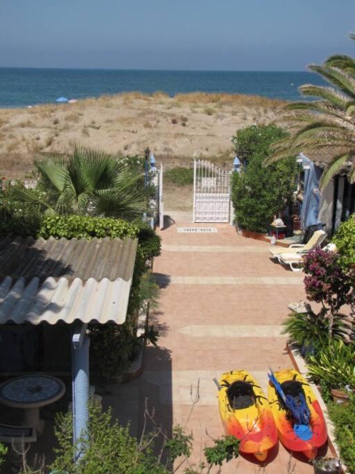 Al salir de la casa te encuentras directamente en la arena de la playa