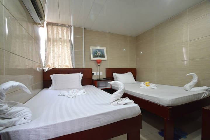 Near holiday inn 5 min to MTR cozy deluxe roomsTsT
