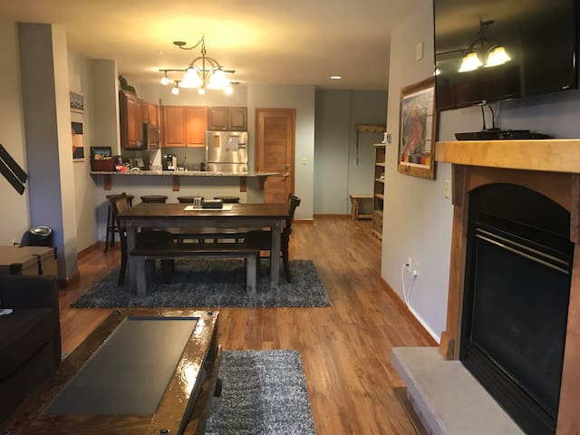 ZEPHYR Ground Floor Walkout Large 1 BDRM/1 BA SKI