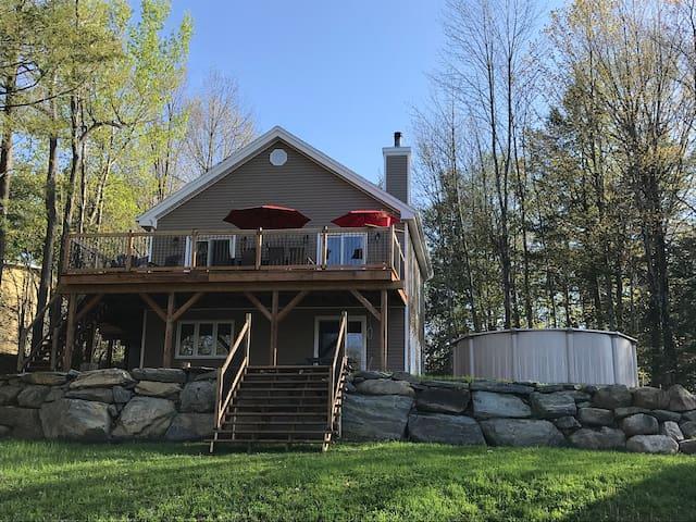 Large cottage/ lac Brome/ ski season or summer fun