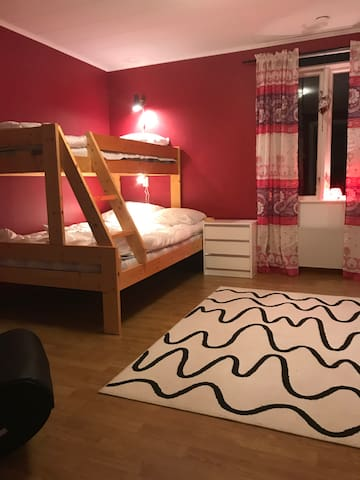 Familjesäng (130 cm + 80 cm) i sovrum på övervåningen
