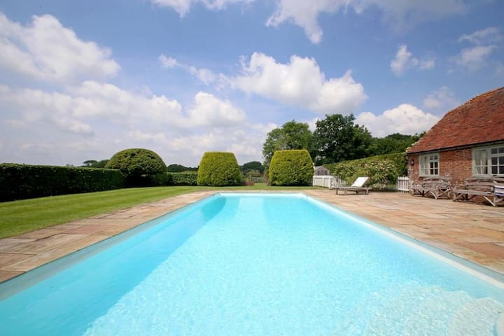 Prospect Cottage Sleeps 5, Chill in a charming 4 star converted barn with use of outdoor pool and tennis court in picturesque rural setting near the smuggler's town of Rye.