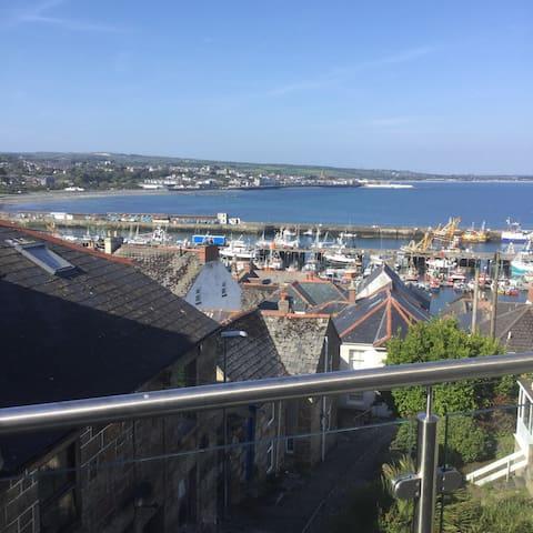 Fisherman's cottage, gorgeous sea views, parking.