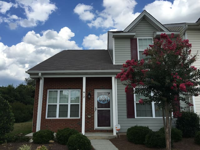 3 BD/2.5 BA 5 min to PTI Airport - Greensboro