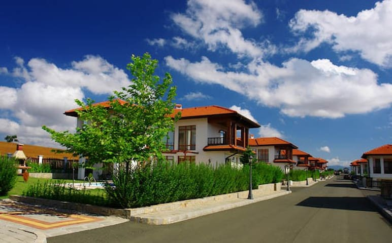 Villa Margaritha 2 Bedroom Pool  Club Floral Hills