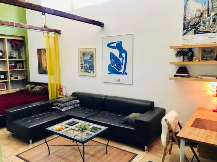Beautiful modern studio, perfect location!