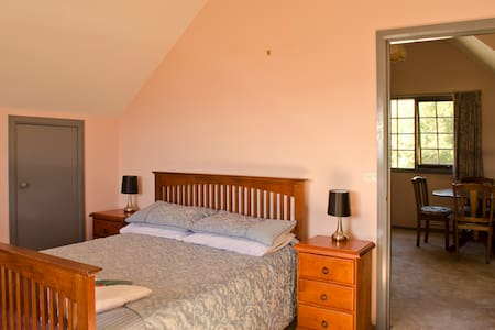 Spacious room with lovely views - Trevallyn - Hus