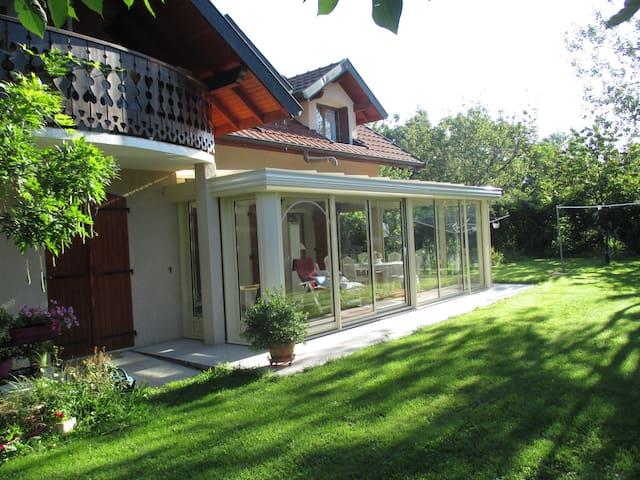 une  belle, grande véranda et  place  très calme - Viry - Huis