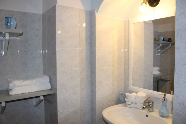 Ripiani in bagno e asciugamani