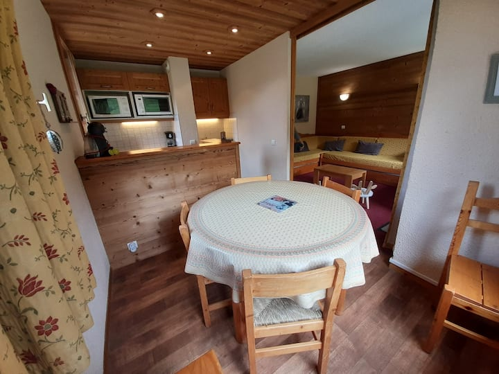 This 2-rooms apartment hosts 5 people in the Hameau Crève-Coeur.
