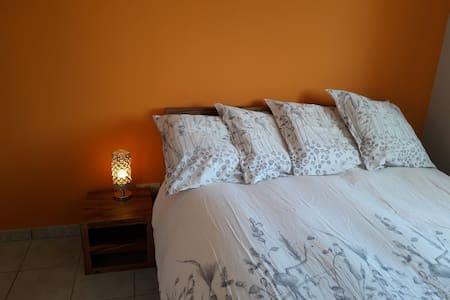 Chambre cosy, calme et literie confort.