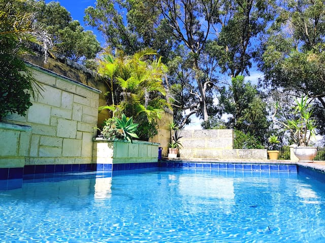 Joondalup - Modern Private Room w/ Poolside views.