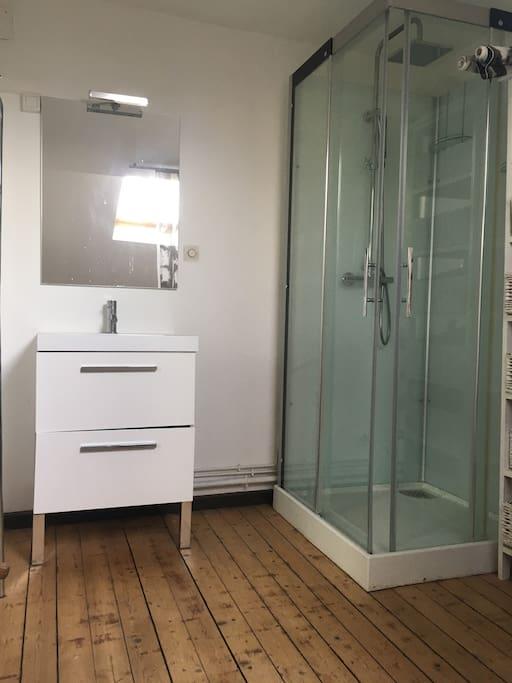 Des toilettes privée ont été installé dans la salle de bain