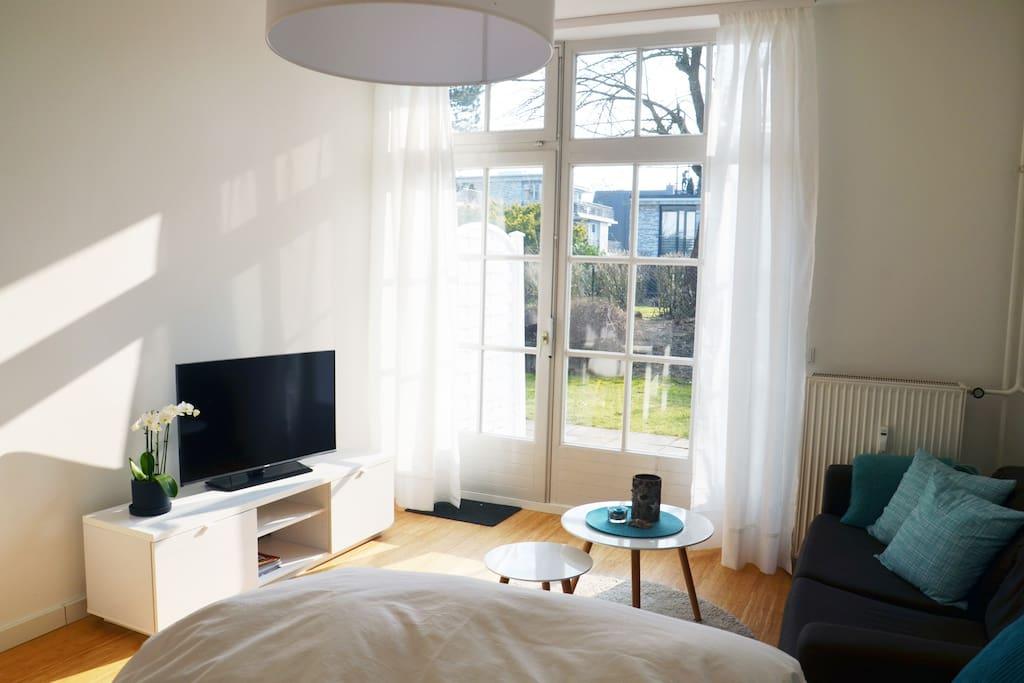 Wohnbereich und Blick auf Terrasse