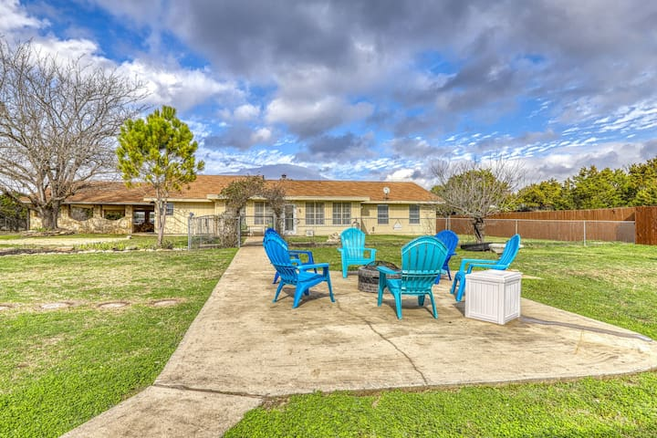 Relaxing family friendly home, fire pit, playground, river access & dogs ok!