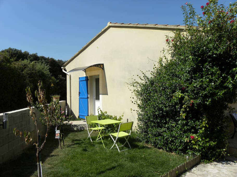 Entrée du studio avec petit jardin privatif