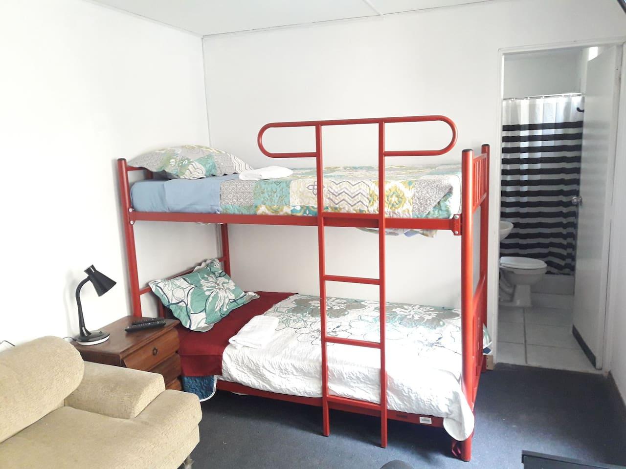 Comoda cama camarote de 1.5 plazas cada cama.