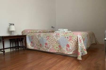 Habitación con baño privado en Pamplona