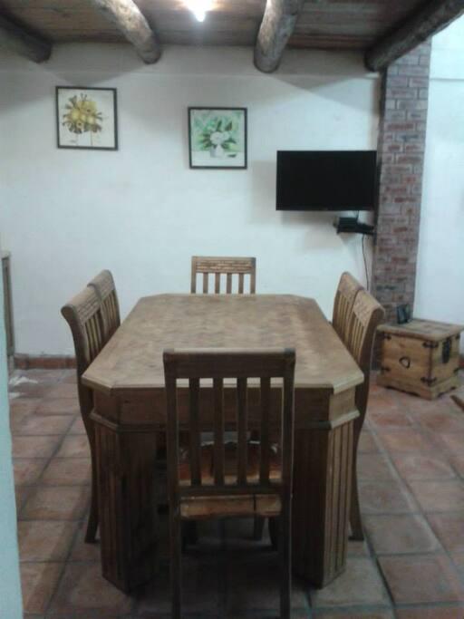 mesa comedor para 6 personas, Tv y reproductor Blu-Ray (puede girarse para verse en cocina o estancia)