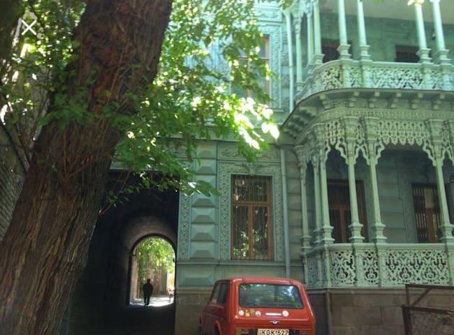 """Maqmanebiani house"""