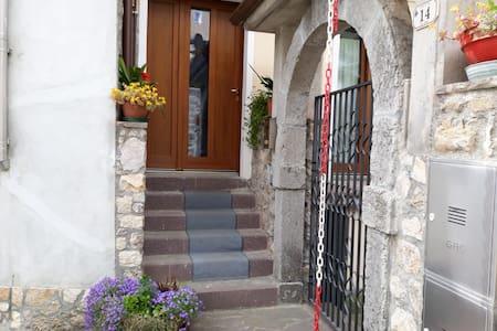 La casa nel borgo. In montagna a Olsano (Mura, BS)